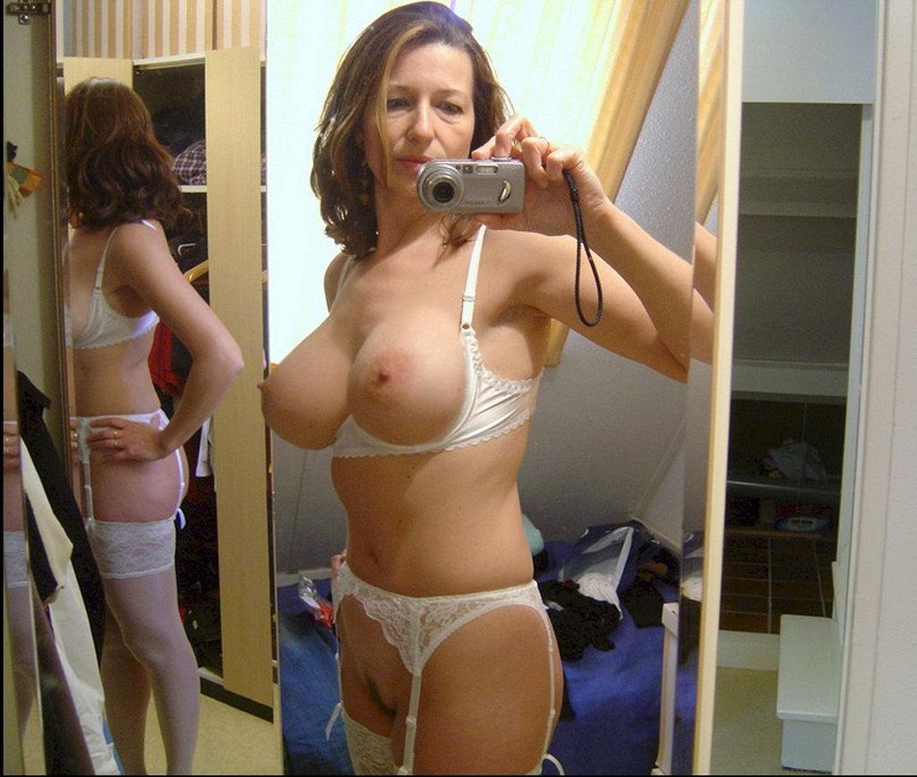 mature naked woman selfie